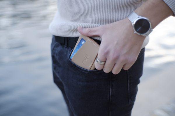 Porte-cartes ultra minimaliste en cuir de veau de tannage végétale cousu main. Un cuir quiacquiert, au fil dutemps, une sublimepatine.